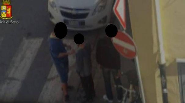 Una delle cessioni di droga filmate dalle forze dell'ordine