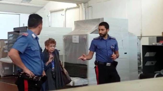Maria Cristina Gilardoni con i carabinieri in azienda