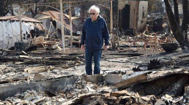 Incendi in California: Phil Rush contempla i resti fumanti della sua casa (Afp)