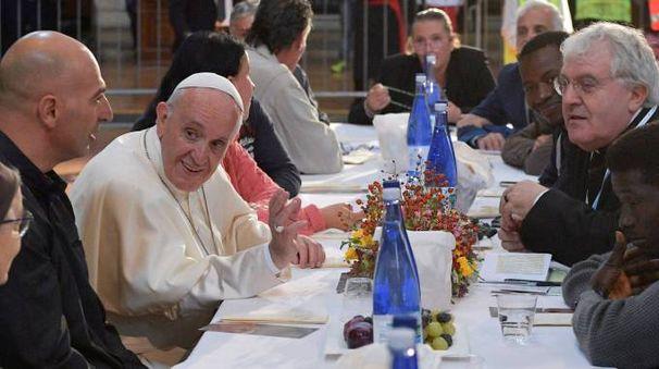 EMOZIONE Il Santo Padre a tavola per il pranzo nella basilica