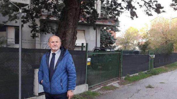 VIA RAFFAELLO Il sindaco Ucchielli in una via di Morciola colpita, nell'arco dell'anno, da diversi furti