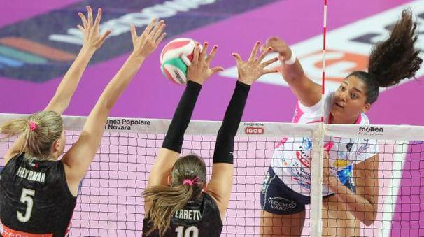 Celeste Plak (Novara) cerca di passare contro il muro di Heyrman e Ferretti (Modena)