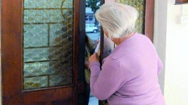 Una foto generica di truffa ai danni di una anziana