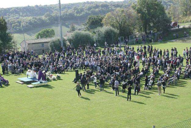 Tanta gente al campo sportivo di Lapedona (foto Zeppilli)