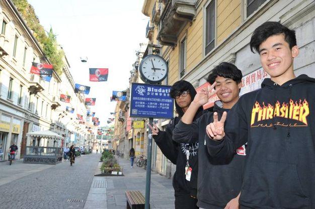 Clima da derby a Chinatown: sventolano le bandiere di Inter e Milan