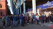 Una lunga fila al Bfc store allo stadio Dall'Ara (foto Schicchi)