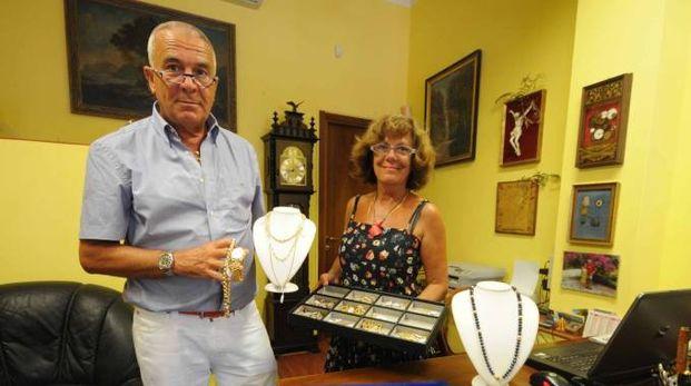Guido Clemente, il titolare da oltre dieci anni del negozio 'Compro oro' di via Umberto I a Rovigo (Foto Donzelli)