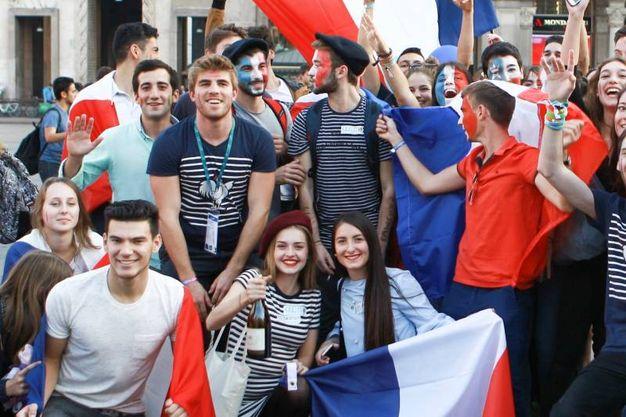Palloncini e bandiere colorate, gli studenti invadono il centro per il Flag Parade Erasmus