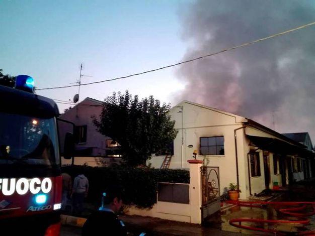 Ad andare a fuoco è stata una falegnameria dismessa da alcuni anni (Foto Scardovi)