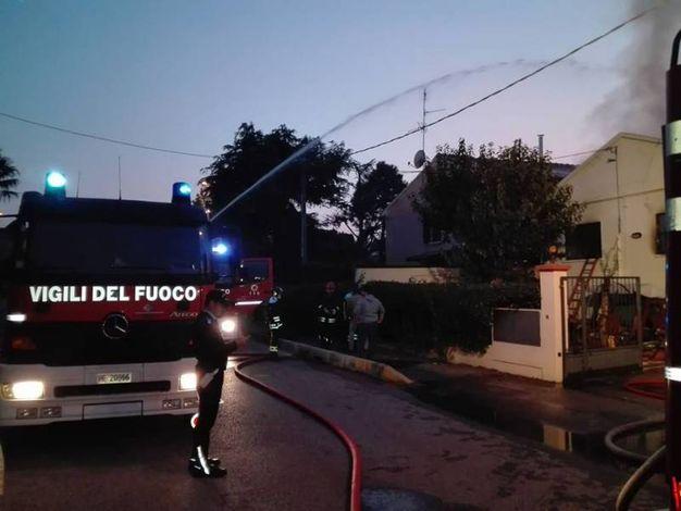 Sul posto una mezza dozzina di mezzi dei vigili del fuoco (Foto Scardovi)