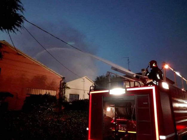 I vigili dl fuoco hanno 'sparato' svariate migliaia di litri d'acqua (Foto Scardovi)