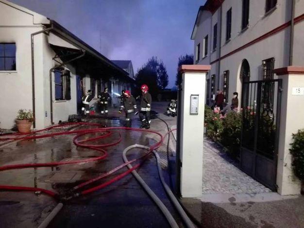 L'incendio è divampato intorno alle 18 di questa sera (Foto Scardovi)