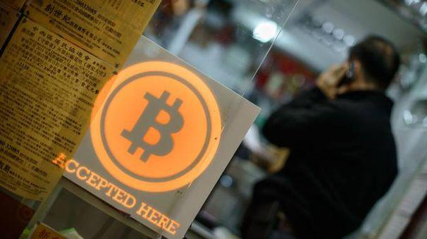 Pagamenti in Bitcoin in un negozio di Hong Kong (Afp)