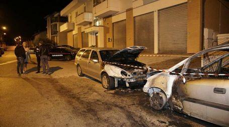 L'incendio delle due auto (Foto Zeppilli)