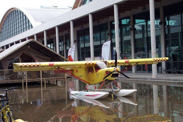La casa nell'acqua con aereo parcheggiato - Photo Petrangeli