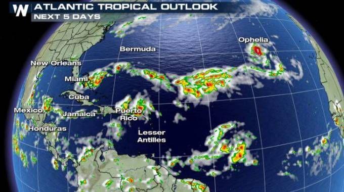 L'uragano Ophelia monitorato nel suo passaggio sull'Atlantico da meteoffice.gov.uk (Ansa)