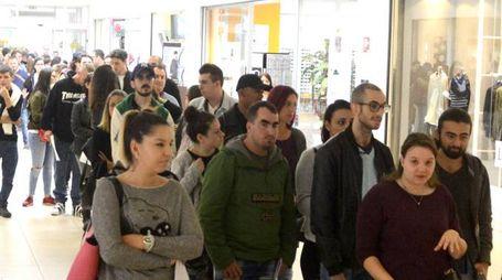 In cinquecento erano in fila per presentare il curriculum e ambire a uno dei 15 posti di lavoro alla nuova multisala