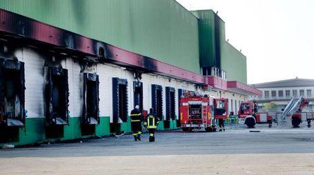 Il capannone ex Scapa incendiato