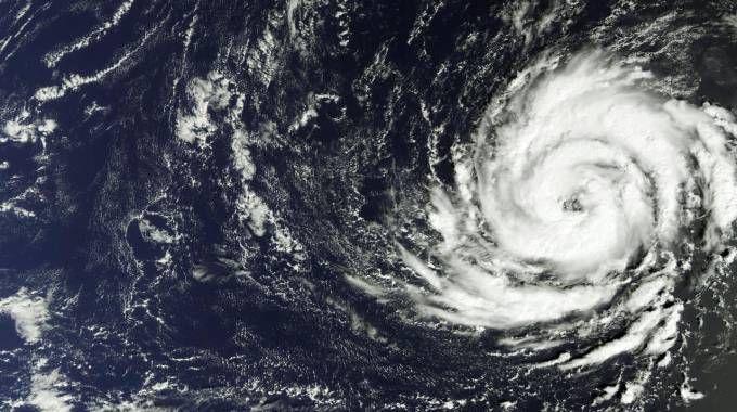 Previsioni meteo, estate d'ottobre sull'Italia. Foto: uragano Ophelia (Ansa)