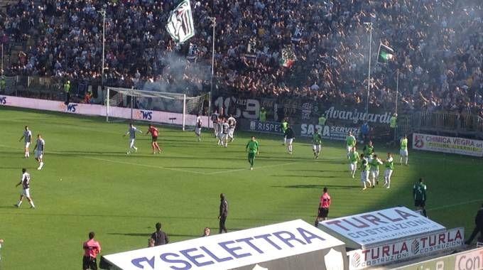 L'esultanza di Andrea Favilli sotto la curva sud dopo la rete del momentaneo 2-1