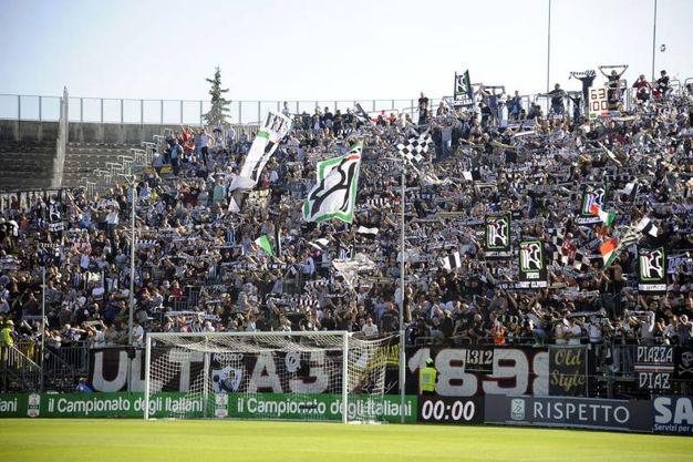 I tifosi dell'Ascoli allo stadio Del Duca (foto LaPresse)