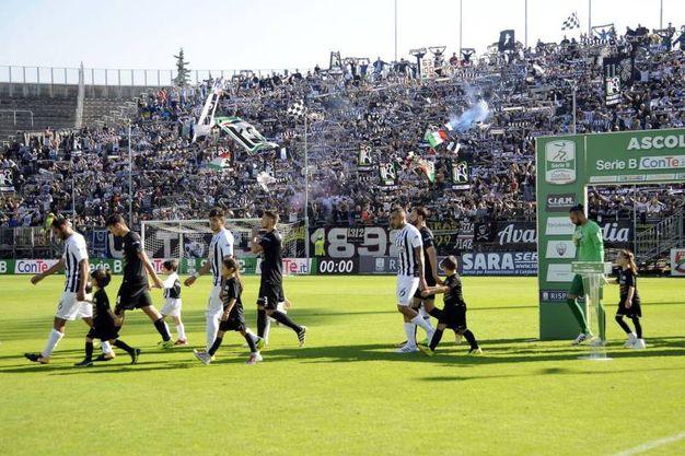 Le squadre scendono in campo (foto LaPresse)