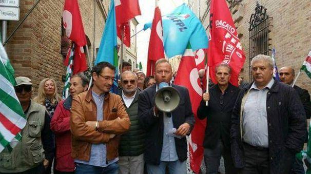 I sindacati davanti alla prefettura di Fermo (foto Zeppilli)