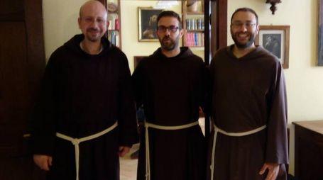 SORRIDENTI Da sinistra: padre Fabrizio (il religioso che ha sorpreso il ladro), padre Sergio (responsabile della comunità) e padre Mauro