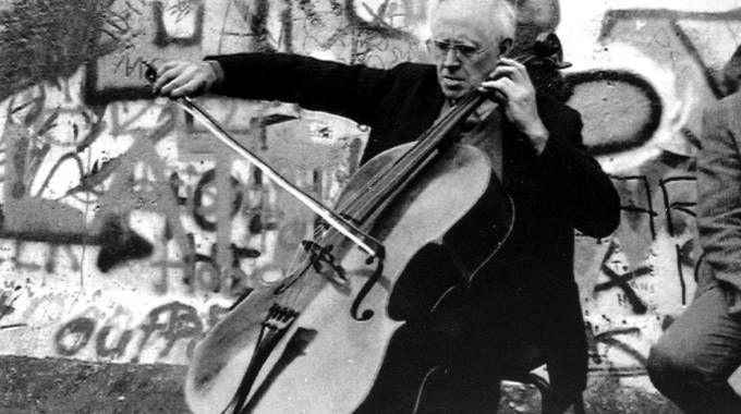 Una foto storica:  è il 9 novembre del 1989,  Rostropovich suona Bach mentre il Muro di Berlino sta cadendo