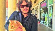 Lo scrittore Matteo Signorini tiene in braccio il felino più amato della città