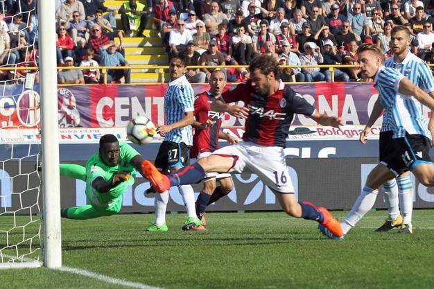 Il gol di Poli su assist di Palacio (foto Ansa)