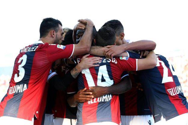 L'abbraccio dei giocatori del Bologna (foto Ansa)