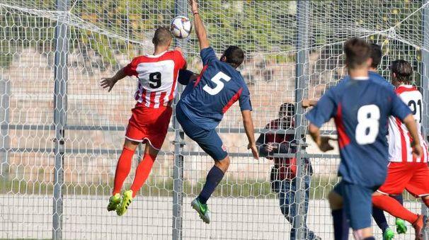 Il gol della Vis, con Olcese che anticipa tutti (foto Binci)