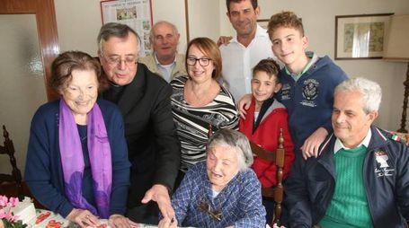 AFFETTO A destra Renata Bianchi ieri, attorniata dai parenti e da don Amati per la festa dei 111 anni
