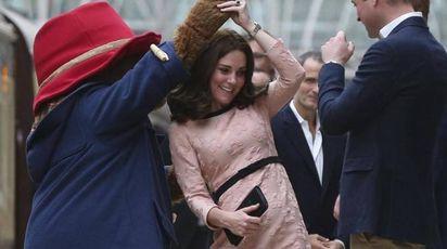 Kate incinta balla sui tacchi alti