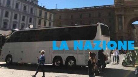 Il pullman in piazza della Repubblica