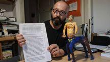 L'artista Emiliano Corrado con l'opera e la lettera con cui la Biennale ha escluso il suo lavoro