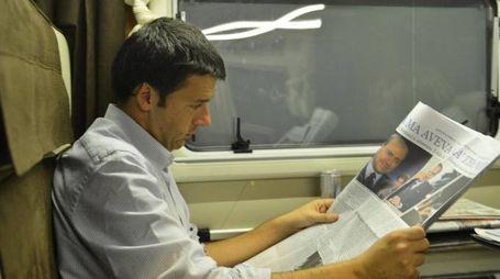 Matteo Renzi in treno (Ansa)
