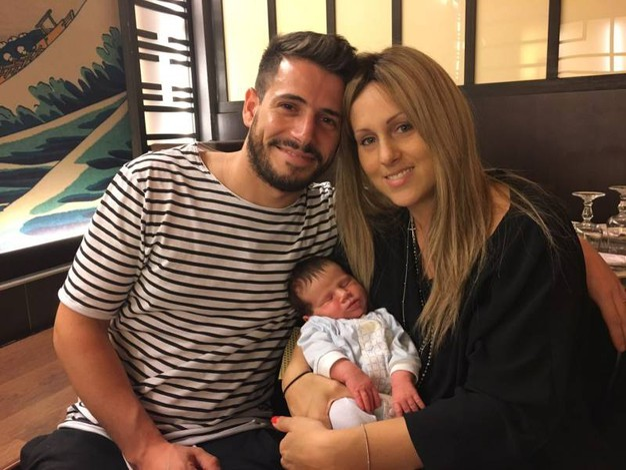 Jessica sorride con suo marito, in braccio hanno il loro piccolo