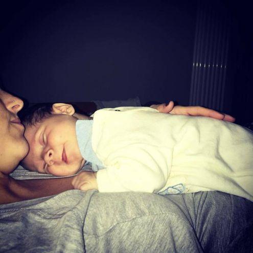 Jessica mentre tiene in braccio suo figlio appena nato