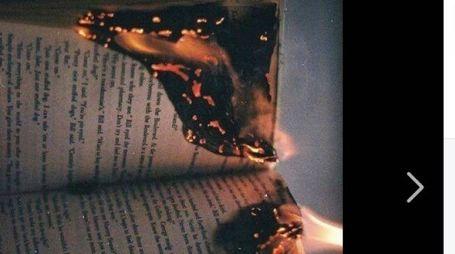 Il libro a fuoco nel post su Facebook