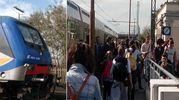 Il treno coinvolto e la gente scesa dal convoglio