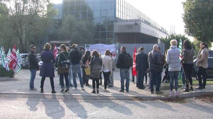 Lavoratori in sciopero davanti lo stabilimento Canali