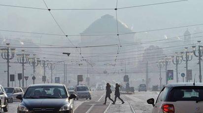 Alti livelli di smog a Torino (foto Ansa)