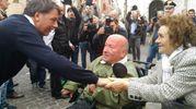 Renzi a Fano, strette di mano con i cittadini (foto Marchetti)