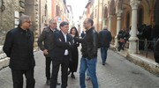 I vertici locali del Pd e il presidente della regione Ceriscioli in attesa dell'arrivo di Renzi (foto Marchetti)