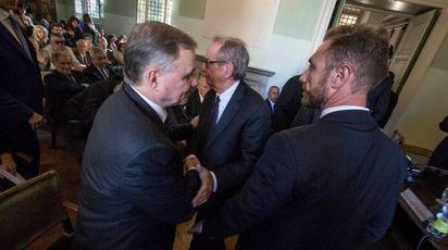 La stratta di mano tra Pier Carlo Padoan e Ignazio Visco (ImagoE)