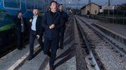Renzi arriva alla stazione di Ascoli (LaPresse)