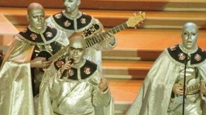 """Elio e le Storie Tese a Sanremo '96 con """"La terra dei cachi"""""""