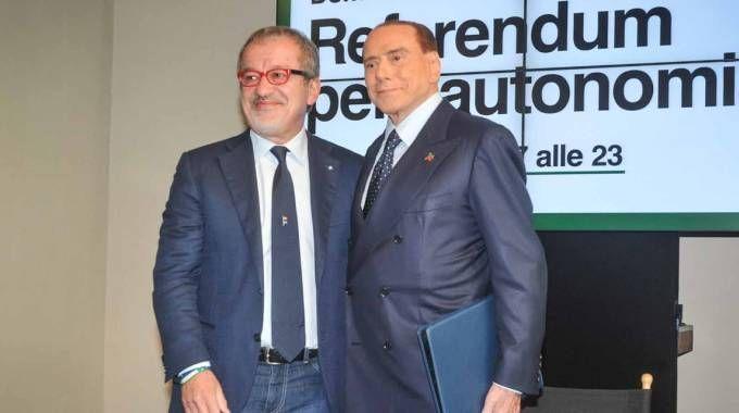 Roberto Maroni e Silvio Berlusconi insieme per il referendum (LaPresse)